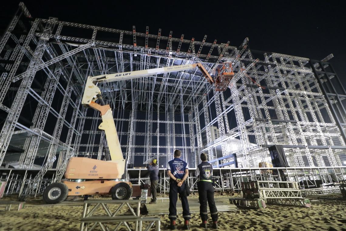 FORTALEZA-CE, BRASIL, 26-12-2019: Montagem do palco para o Reveillon de Fortaleza no Aterro da Praia de Iracema. (Foto: Júlio Caesar/ O Povo)