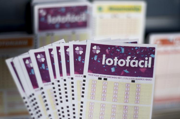 FORTALEZA, CE, Brasil. 27.12.2019: Prêmios de loteria. Prêmio: Lotofácil. (Foto: Deísa Garcêz / Especial para O Povo)