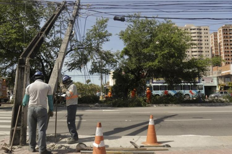Árvore caiu no início da Bezerra de Menezes, atrapalhando  o trânsito de veículos no começo da tarde desta sexta-feira