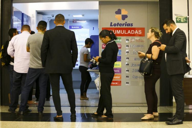 Apostadores fazem fila em casa lotérica. Próximo sorteio da Mega Sena pela Caixa Econômica Federal será o concurso 2220, a Mega da Virada, em 31/12