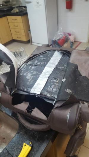 A cocaína estava escondida nas estruturas das bagagens de mão