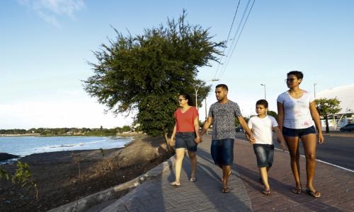 Família passeia pelo novo calçadão da Lagoa da Parangaba
