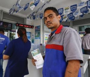 FORTALEZA, CE, Brasil. 30.12.2019: Movimentação em loterias. Na foto: Rigoberto Bezerra, 32, mecânico. (Foto: Deísa Garcêz / Especial para O Povo)