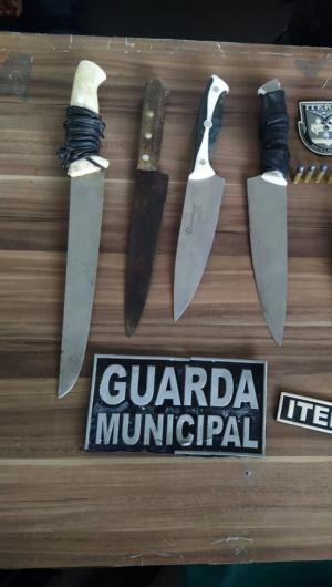 As facas e os revólveres foram apreendidos no terminal