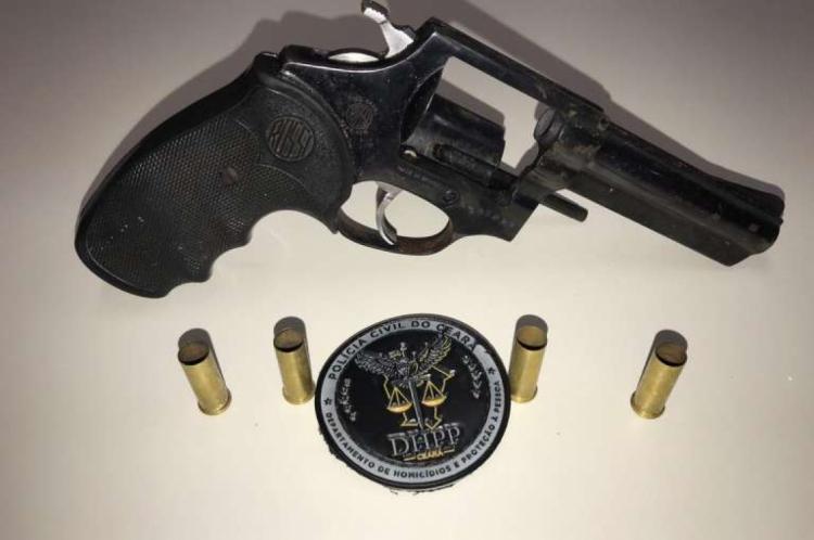 A arma foi apreendida pela Polícia Civil