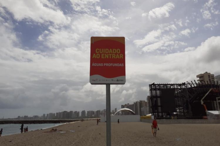 Placas sinalizam profundidade das águas na Praia de Iracema após as obras