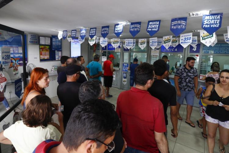 Movimentação intensa nas lotéricas para apostar na Mega da Virada 2019, que terá sorteio hoje, 31 de dezembro,  pela Caixa Econômica Federal (CEF) (Foto: DEÍSA GARCÊZ/Especial para O POVO)