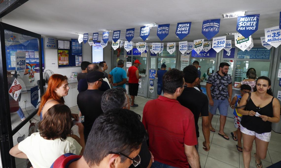 Movimentação intensa nas lotéricas para apostar na Mega da Virada 2019, que terá sorteio hoje, 31 de dezembro,  pela Caixa Econômica Federal (CEF)