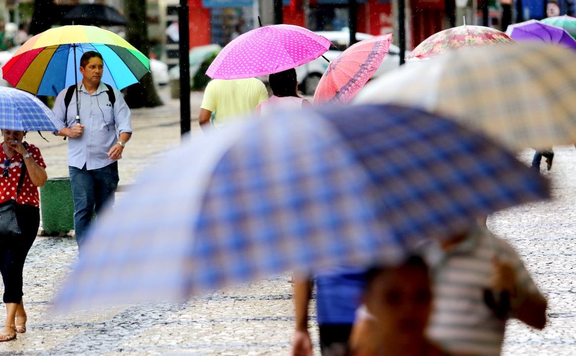 Após manhã de chuva na Capital, a dica é usar capa para se proteger (Fotos: Fabio Lima/O POVO)