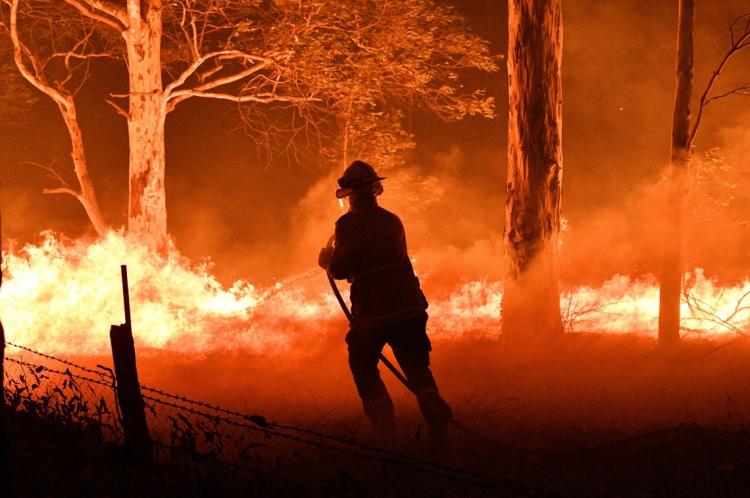 Australia, New South Wales, 31-12-2019, Bombeiro combatendo incedio em floresta ao redor da cidade de Nowra, no estado de New South Wales, na Australia. (Foto: Saeed KHAN / AFP)