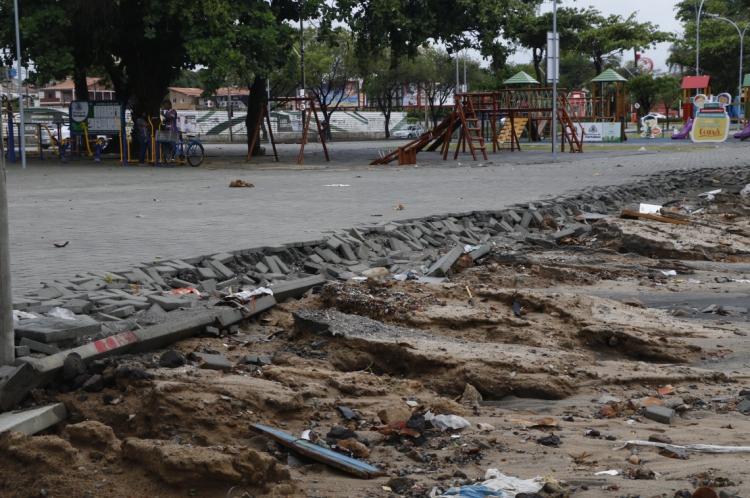 Praça da Parangaba tem piso destruído pela chuva três dias após ser entregue pela Prefeitura