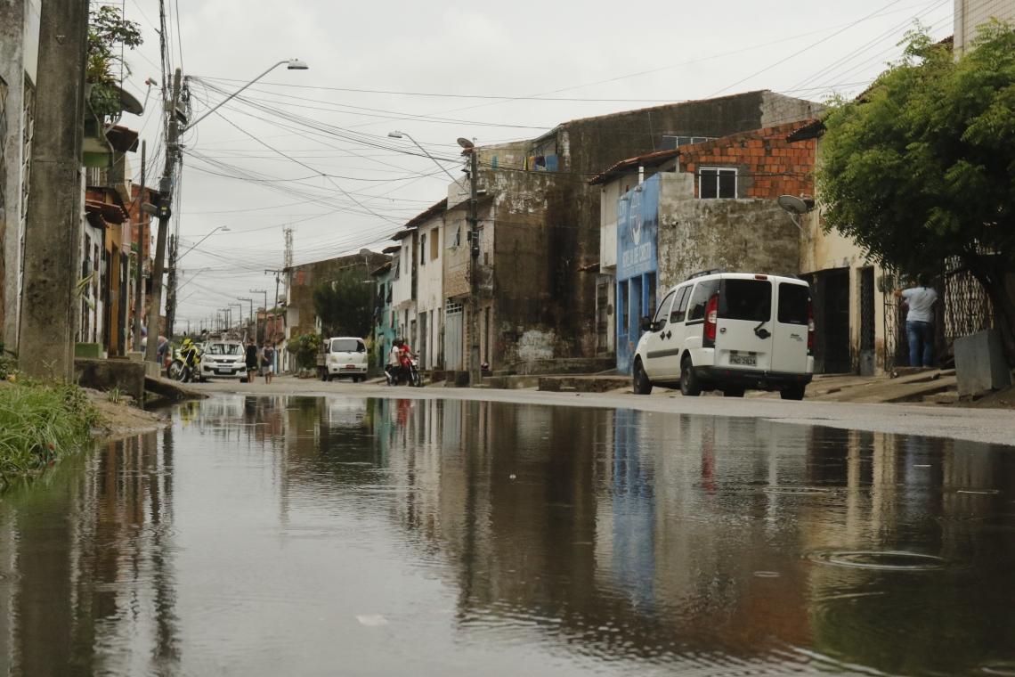RUA TENENTE Jaime Andrade, na Aerolândia: chuva de 38 mm que caiu na semana passada já foi suficiente para acumular água
