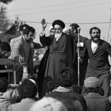 O retorno de Khomeini ao Irã após a queda do xá Mohammed Pahlavi