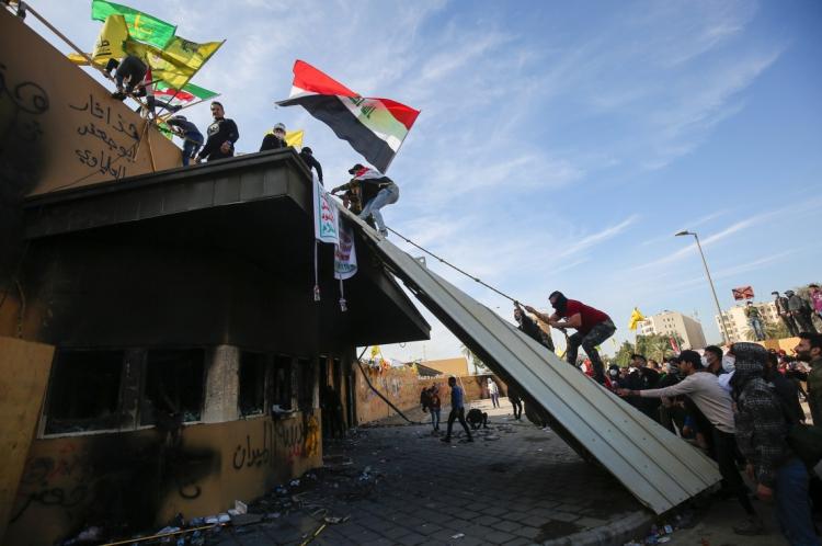 Apoiadores e membros da força paramilitar Hashed al-Shaabi atacam a embaixada americana no iraque, na capital Bagdá