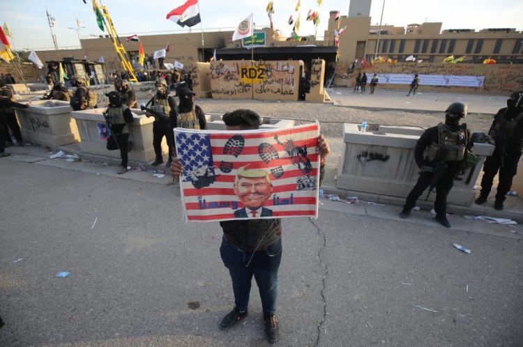 1 de janeiro de 2020, Apoiadores e membros da força paramilitar Hashed al-Shaabi, atacam a embaixada americana no iraque, na capital Bagdá. (Foto: AHMAD AL-RUBAYE / AFP)
