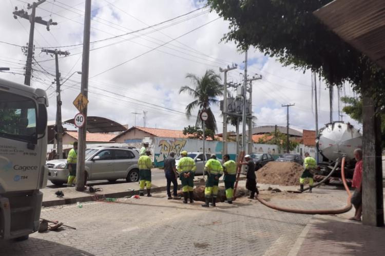 Cagece realiza manutenção emergencial no sistema de esgoto na rua Capitão Aragão, no Alto da Balança