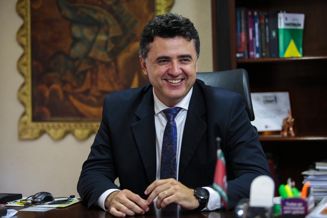 FORTALEZA - CE, BRASIL, 03-01-2020: MANUEL PINHEIRO, PROCURADOR GERAL DO CEARÃ.. ENTREVISTA PARA A COLUNA AGUANAMBI NO PRÓPRIO GABINETE. (FOTO: JÚLIO CAESAR / O POVO)