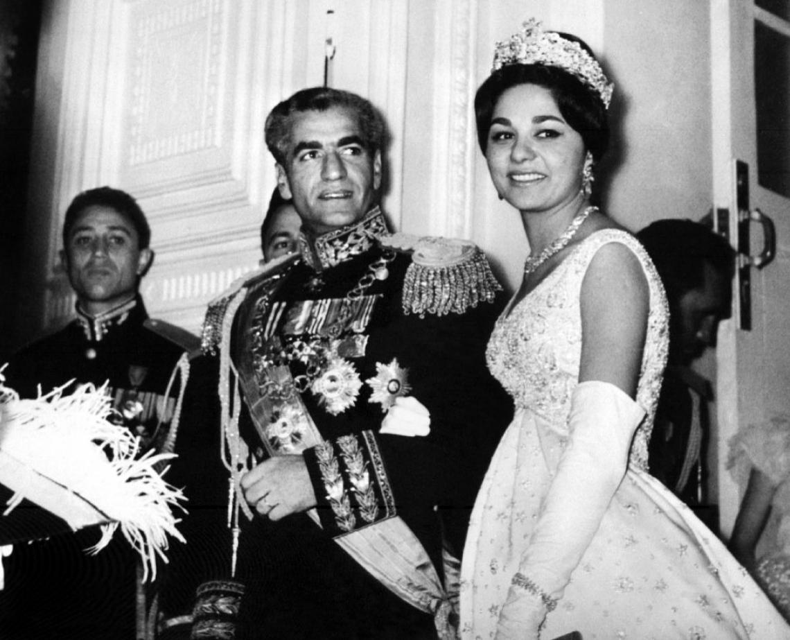 O xá Mohammad Reza Pahlavi e sua esposa, a imperatriz Farah Diba