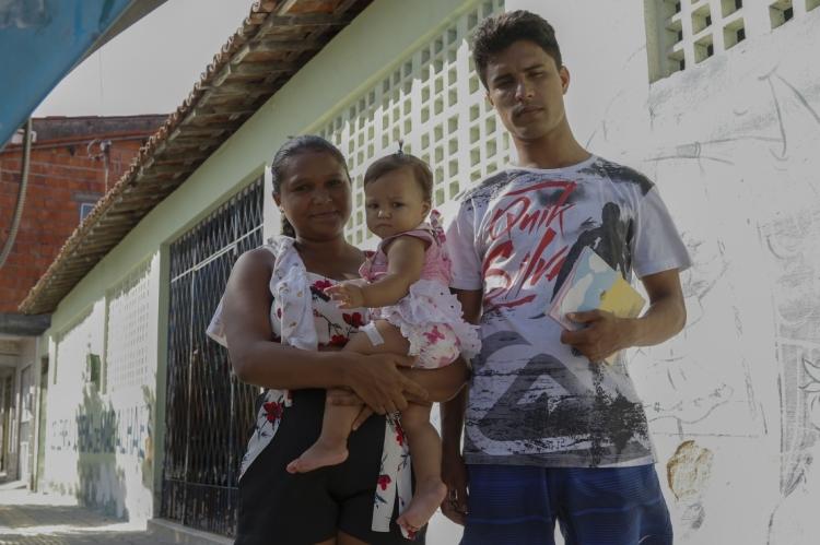 NO POSTO Carlos Ribeiro, na Jacarecanga, Taline e Lizion Morais com a pequena Thayla Jasmin: preocupação diante da falta de vacina