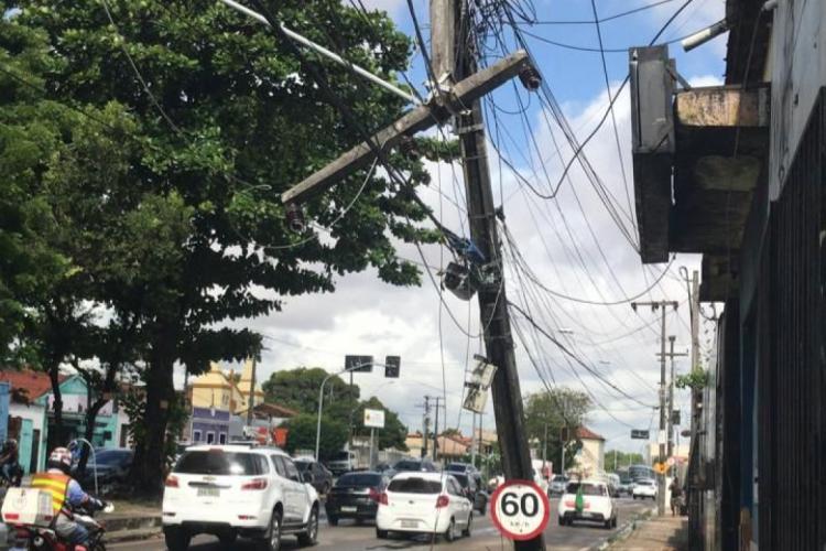 Veículo colidiu com poste após ação criminosa (Foto: Via WhatsApp O POVO)