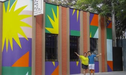 Valéria Vitoriano e seu filho e sócio João Vitor na fachada do Autoral Comedy Bar, localizado no bairro Aldeota.
