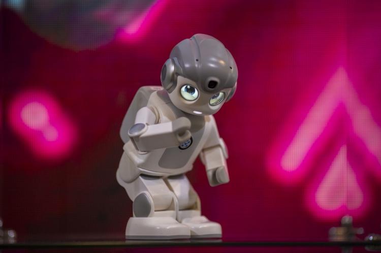 Robô Alpha Mini, que usa inteligência artificial, é apresentado CES