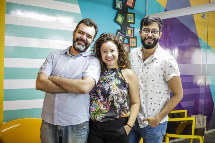 Os jornalistas Cinthia Medeiros, Marcos Sampaio e Renato Abê, conversam no 21° episódio do Podcast Vida & Arte sobre as trilhas sonoras de filmes, séries e novelas que marcaram história (Foto: Thais Mesquita)