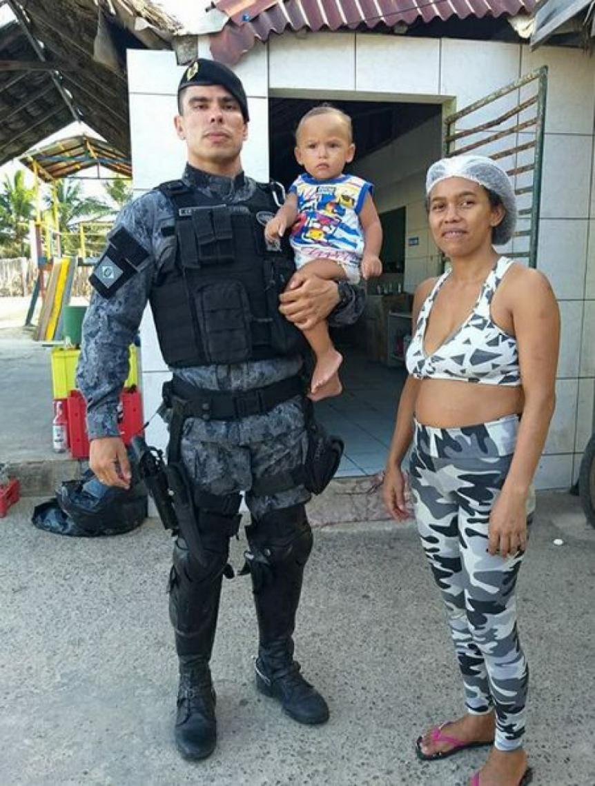 Policial salvou bebê que engasgou com biscoito