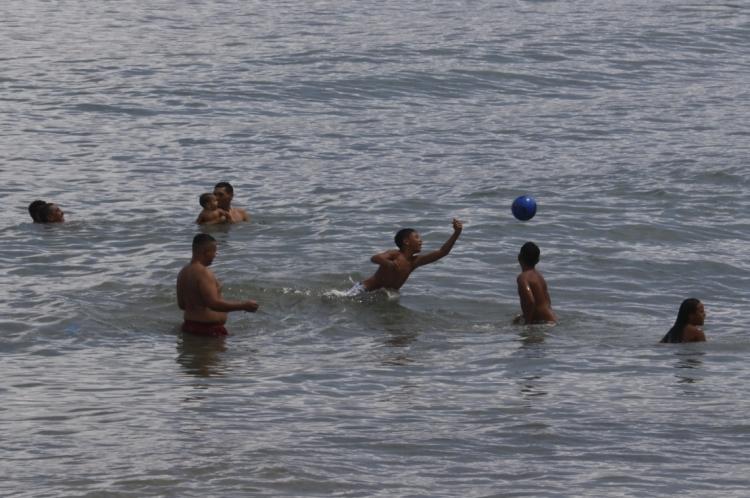 Praia do Náutico registra número de banhistas significativo durante obras da Beira Mar.
