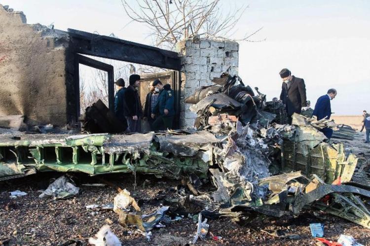 O avião teria caído cinco minutos após decolagem, afirma porta-voz da aviação civil Reza Jafarzadeh.