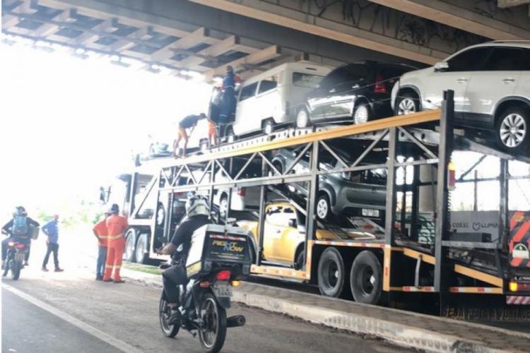 De acordo com trabalhadores que atuam em obra no local, o veículo ficou preso  por 10 minutos.