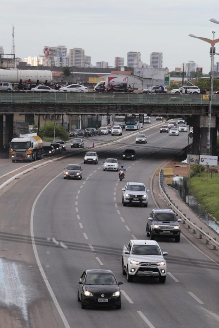 Após o rápido momento em que o caminhão ficou preso, trânsito já circula normalmente