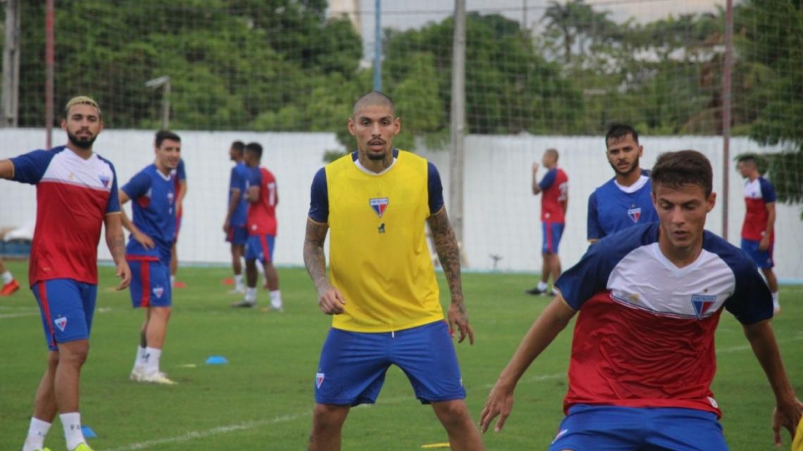 De colete amarelo, João Paulo já treina com seus companheiros no CT Ribamar Bezerra