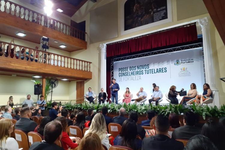 A posse ocorreu no Teatro São José (Foto: FILIPE PEREIRA/O POVO)