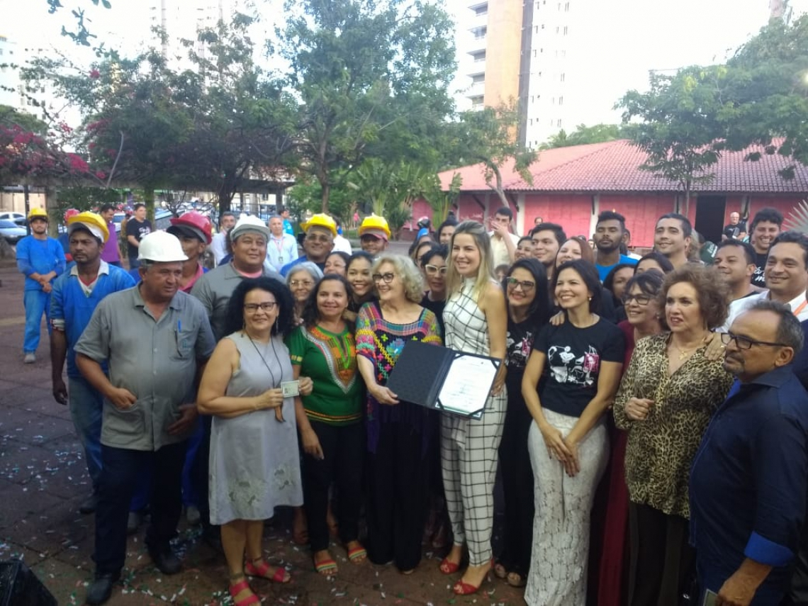 A primeira-dama, Onélia Santana, durante a assinatura da ordem de serviço da reforma da CeArt, posando para fotos com artesãos e autoridades presentes