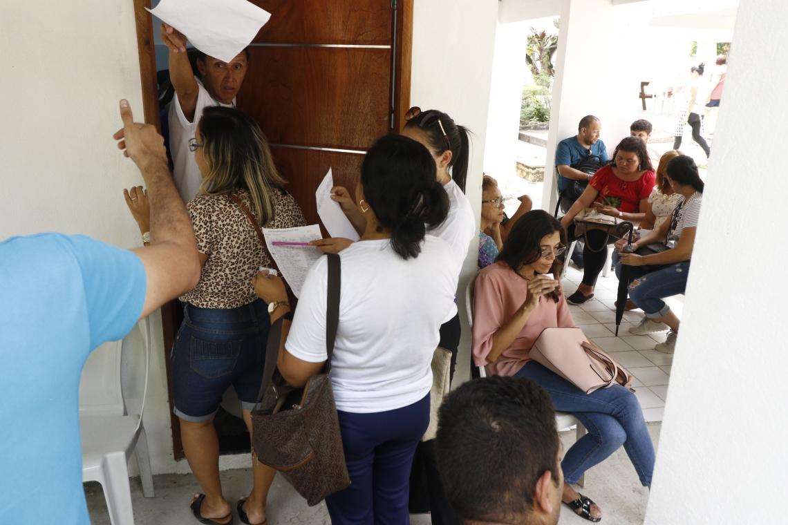 Professores concursados da Prefeitura de Fortaleza esperam ser atendidos na sede do Imparh, na  avenida João Pessoa. (Foto: Mauri Melo/O POVO).