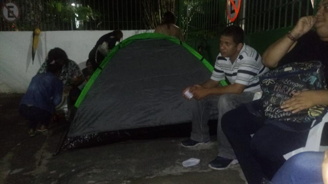 Professores acampam para conseguir vagas em escolas