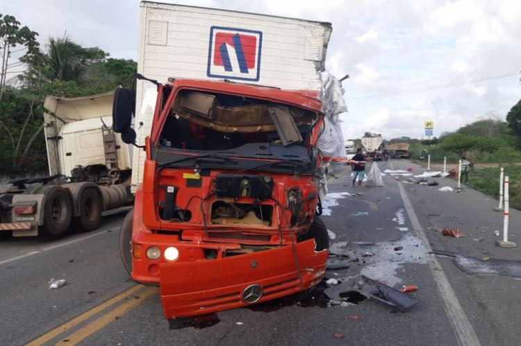 Colisão mais grave envolveu dois caminhões e uma moto