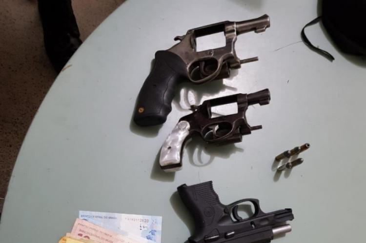 Foram presos Antônio Wesley Silva Ferreira, 18; Lucas da Silva, 23; e Daniel Dias da Silva, 48.