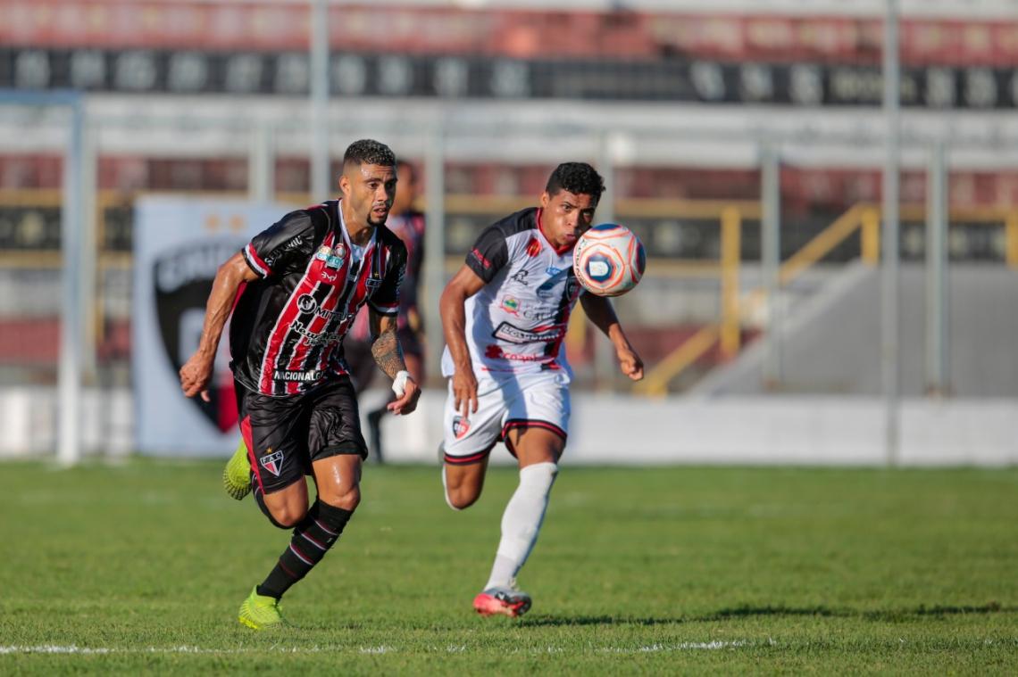 Rato (esquerda) e Jacaré disputam bola em lance de jogo no Raimundão