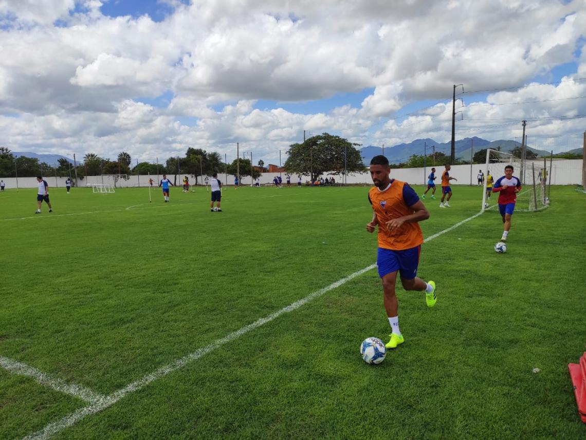 Michel começou o treino dando voltas no campo.