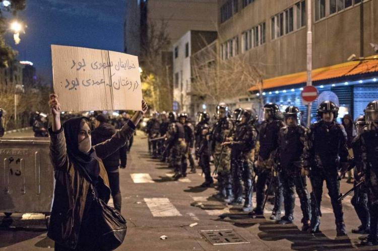 Iraniana exibe cartaz que diz