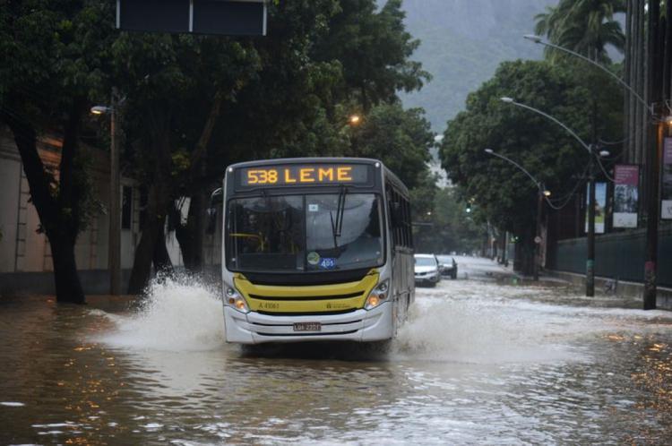 Alagamento na Rua Jardim Botânico após as chuvas que atingiram o Rio de Janeiro