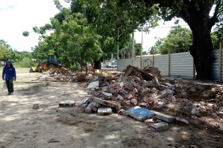 Muro que cercava o estádio Murilão, na Messejana, é demolido por funcionários da prefeitura