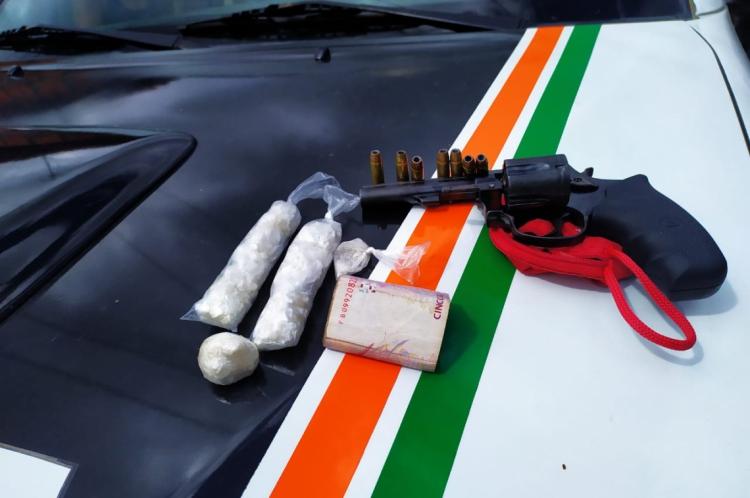 Polícia prende homem e apreende menor com drogas, armas e dinheiro em Caucaia.