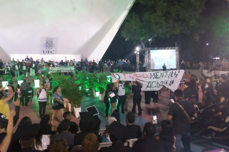 Estudantes protestaram durante colação de grau