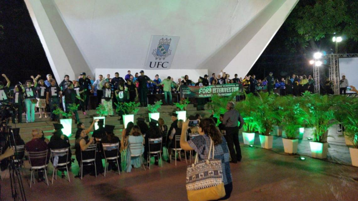 Grupos de movimentos sociais protestaram na noite desta terça-feira, 14, na Concha Acústica da UFC