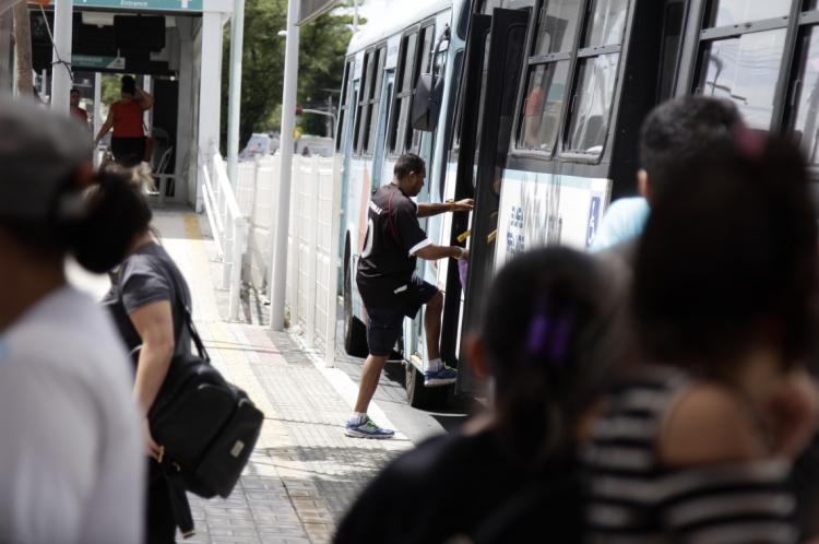 Tanto a população de alta quanto a de baixa renda gastam, em média, pouco mais de cinco minutos no deslocamento de casa até a escola de ensino médio mais próxima em Fortaleza, aponta a pesquisa