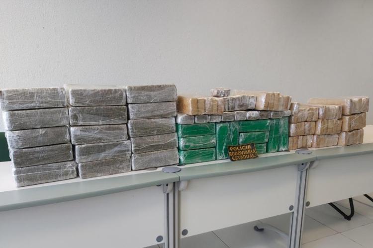 Foram apreendidos 191 tabletes de maconha, dois celulares e o veículo utilizado pelos traficantes
