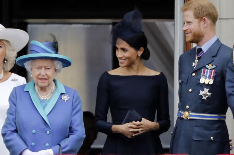 10 de Julho, 2018 (Esquerda-Direita) Rainha britanica Elizabeth II, Meghan a Duquessa de Sussex, Principe Harry, no balocão do palacio de Buckingham, em Londres (Photo by Tolga AKMEN / AFP)